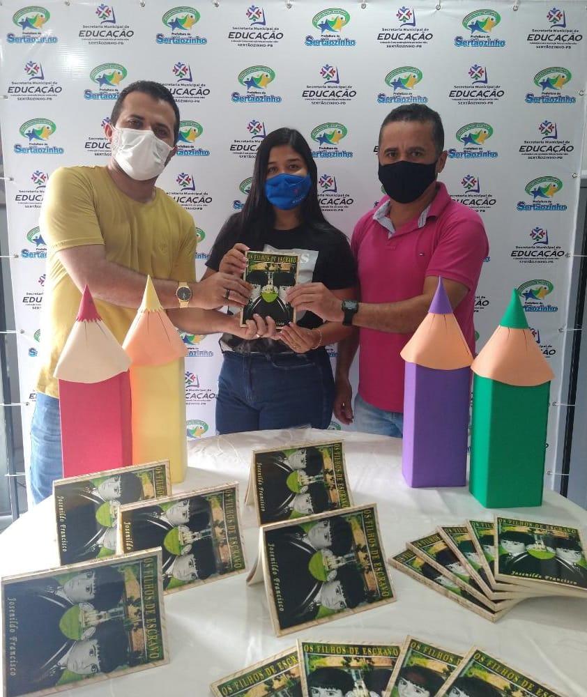 """Secretaria de Educação e Cultura recebe a doação de livros para a biblioteca municipal """" Professora Dulce de Oliveira Costa Macêdo"""""""