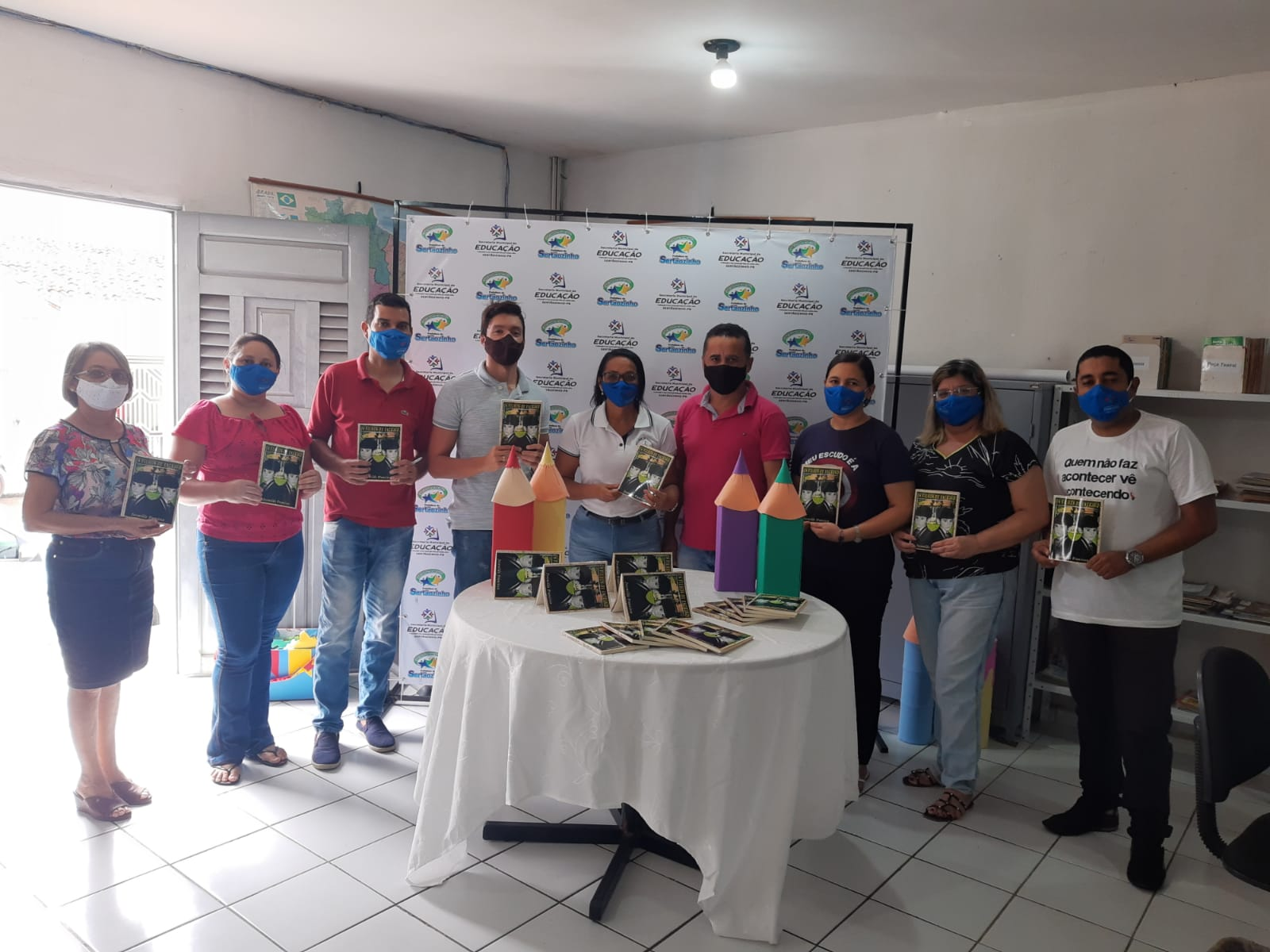 Funcionários (as) da Secretaria de Educação e Cultura recebem doação de livros
