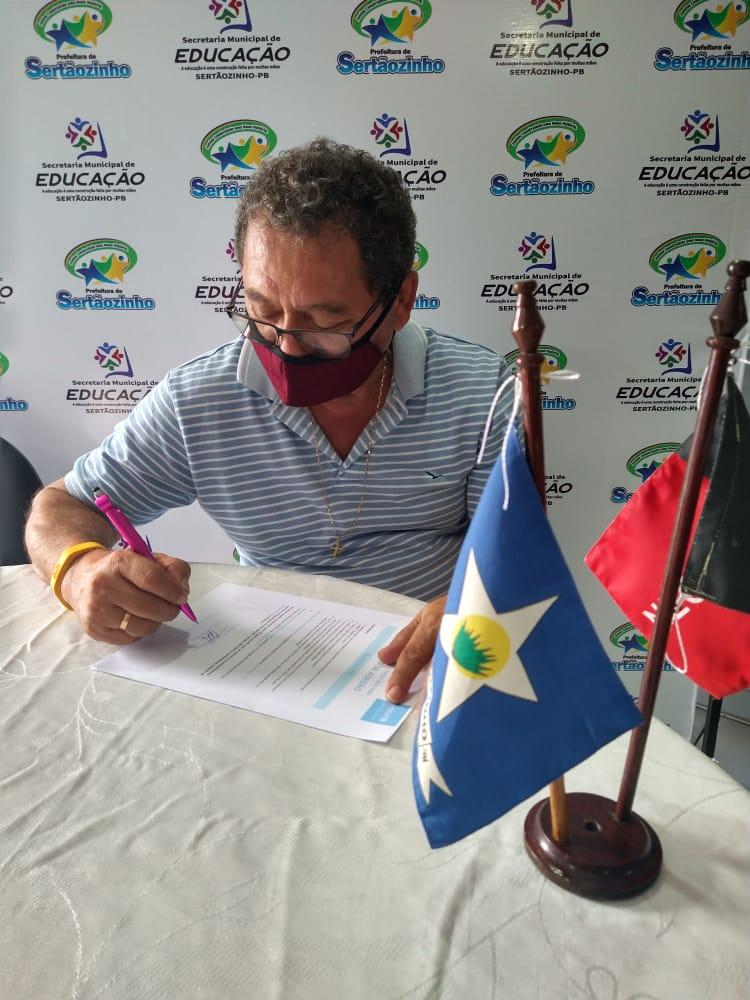Prefeito assina documento de adesão ao selo UNICEF